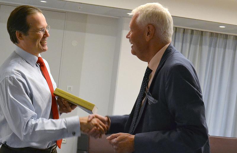 <![CDATA[Anders Borg får förslaget från ordförande HG Wessberg.]]>