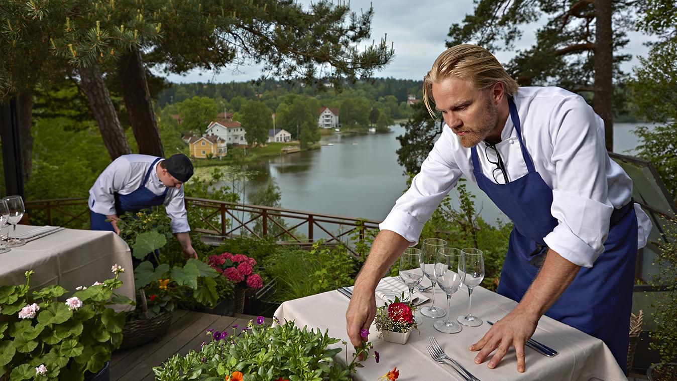 <![CDATA[John Berglund har stödboende för unga samtidigt som de jobbar i hans restaurang. Foto: Roger Olsson.]]>