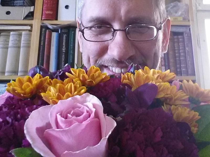 <![CDATA[Anders Nyman med blommorna han fick som tack då han hjälpte läsaren ]]>