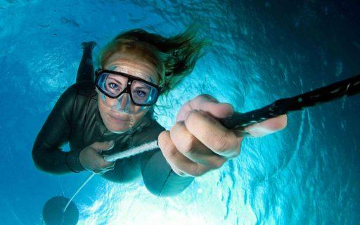 Hon driver eget på djupt vatten