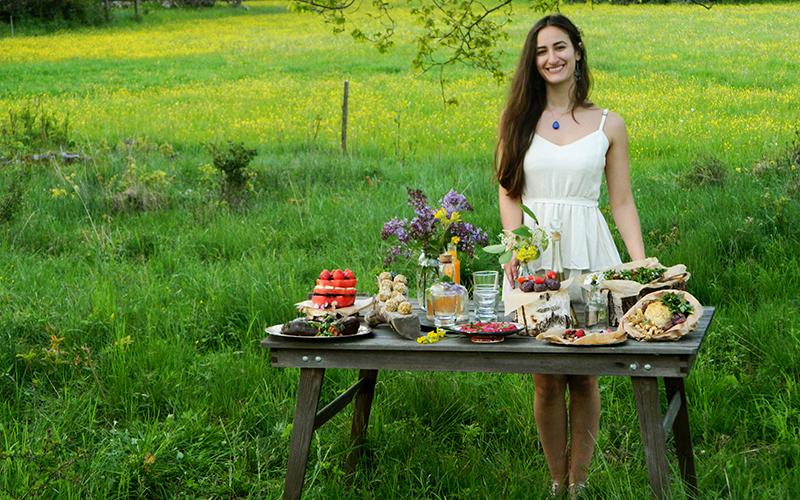 """<![CDATA[Selina Hami inspirerar till hållbar matkonsumtion genom att laga uppskattad vegansk och ekologisk mat. """"När jag startade företaget var jag köttätare, men nu känns det för enkelt att laga mat med animaliska produkter"""", säger hon. Foto: Privat]]>"""