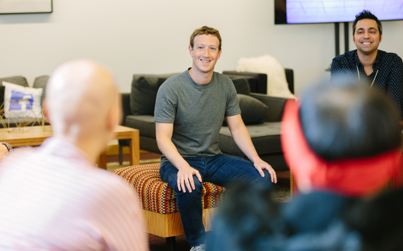 <![CDATA[Mark Zuckerberg lyssnar på gäster vid Facebook's Friends Day. Pressbild: Jennifer Leahy ]]>