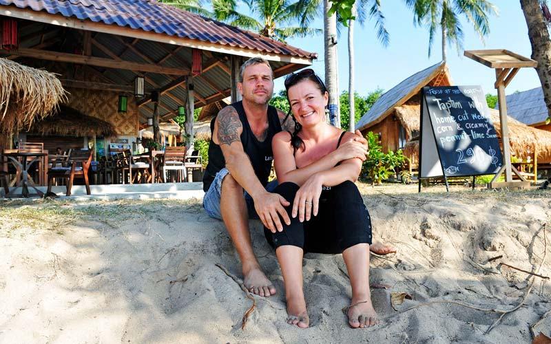 <![CDATA[Caroline och Jens Grönqvist från Karlskrona flyttade till Thailand för att slippa vardagslunken. Nu har de byggt upp en populär restaurang och bungalow. FOTO JOHAN ALMBLAD]]>