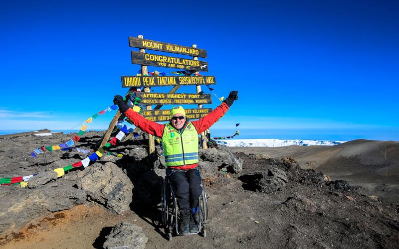 <![CDATA[Äventyraren Aron Andersson med rullstol till toppen av Kilimanjaro.]]>