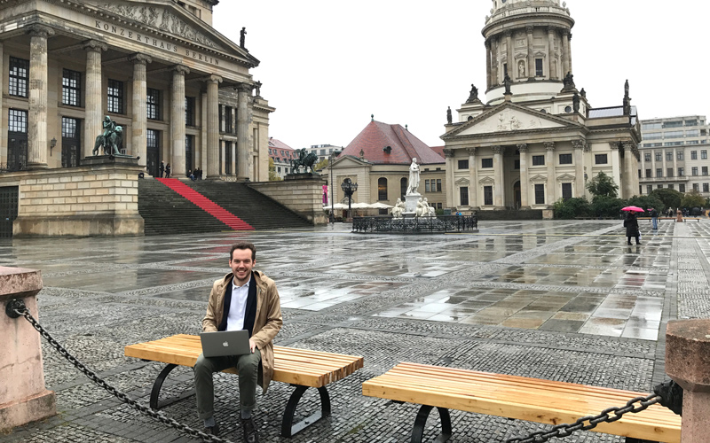 Han är digital nomad i Berlin.