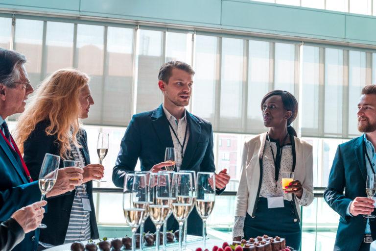8 smarta frågor på minglet – som skapar affärer