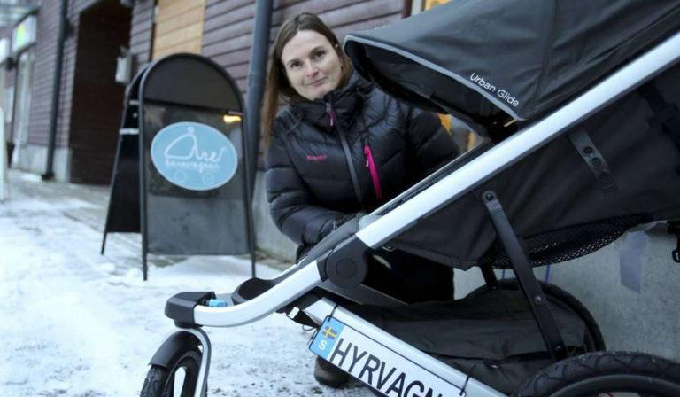 Hon hyr ut barnvagnar till turister
