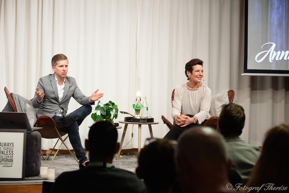 Gustaf Oscarson och Annika R Malmberg på scenen på Business hacks i Stockholm